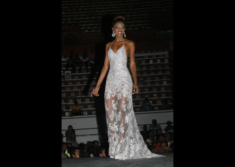 Candidata de El Nazareno, Andrea Pineda, en su traje de gala.