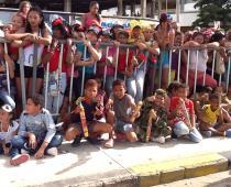 Niños en el desfile de indepedendencia.