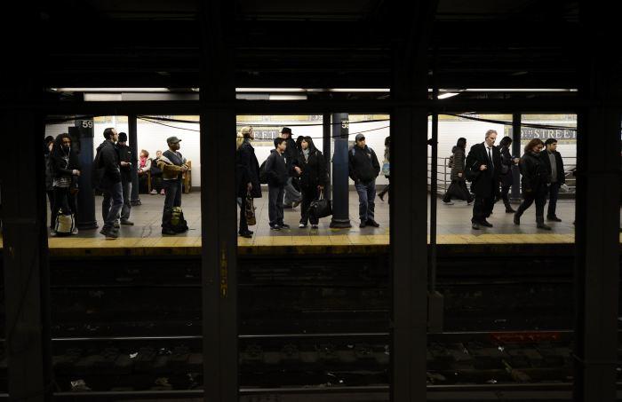Polémica por foto de hombre a punto de morir en el metro en