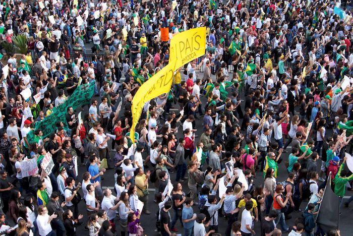 La imagen muestra a estudiantes en la avenida Paulista protestando por ...