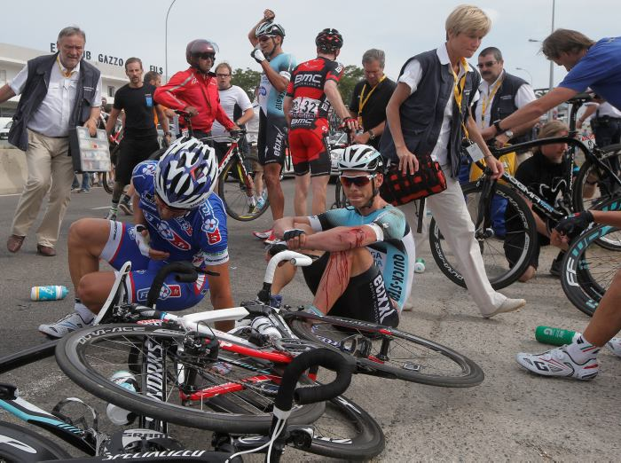Por una masiva caída sobre el final de la primera etapa del Tour de ...