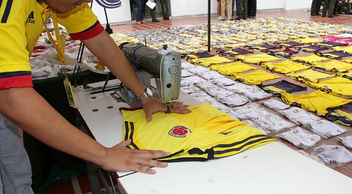 Cierran tres fábricas clandestinas de camisetas de la Selección Colombia