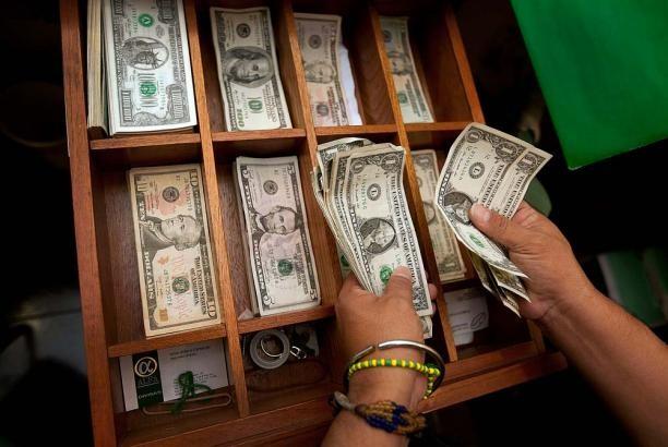 Dólar mantiene tendencia a la baja en mercado colombiano