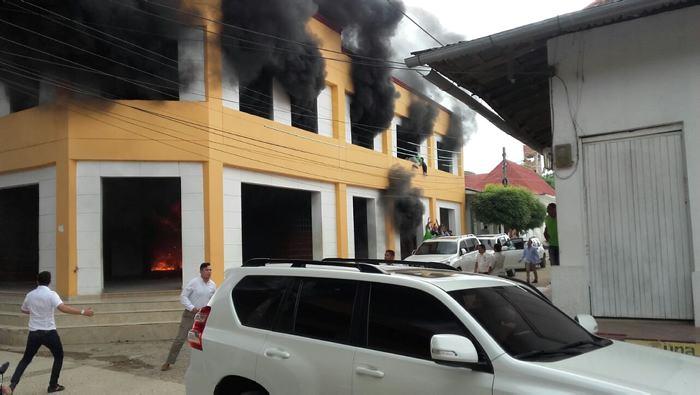 Incendio casi arrasa con Alcaldía de San Jacinto, en Bolívar