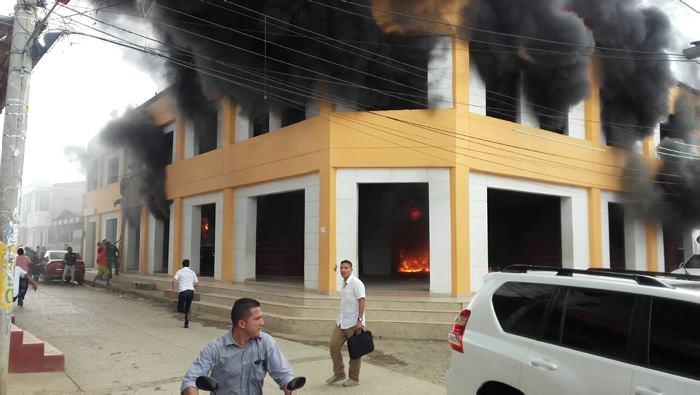 San Jacinto: alcalde y gobernador de Bolívar, ilesos después de incendio