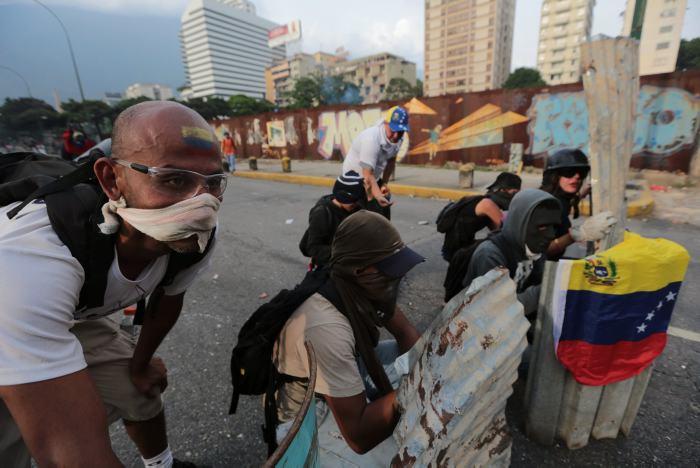 Oposición resiste a enfrentamientos en las calles — Venezuela