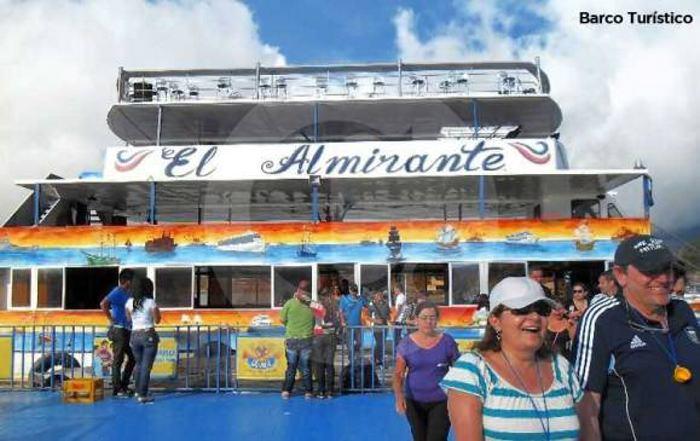 Naufraga barco turístico con 150 pasajeros en Colombia