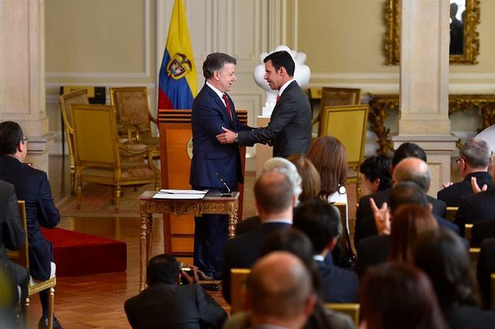 Santos pide al nuevo ministro del Interior hacer irreversible la paz