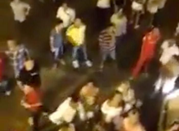 Hombre lanzó dinero desde el balcón de una discoteca en Cartagena