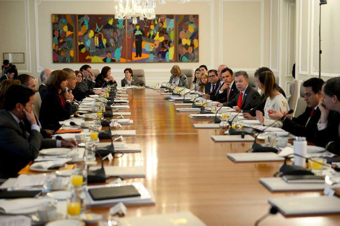 Altos funcionarios del Gobierno presentan la renuncia ante el presidente Santos