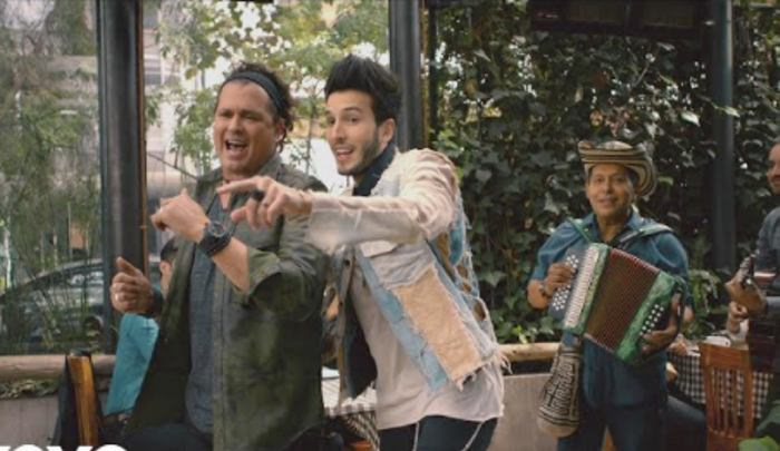 Carlos Vives y Sebastián Yatra te roban un beso