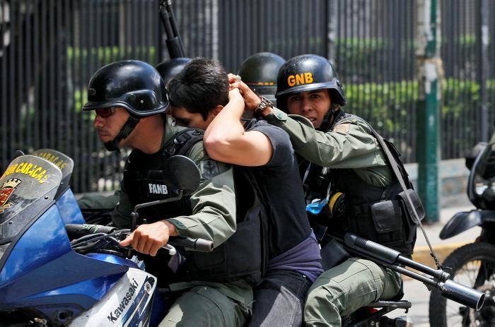 Simón Calzadilla denuncia detención de su esposa e hijas
