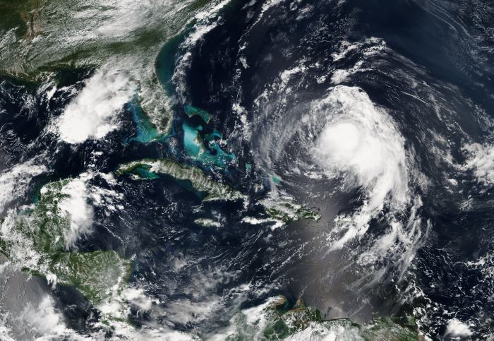Huracán José amenaza a Estados Unidos y genera olas peligrosas