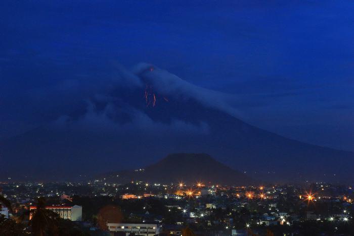 Miles de filipinos desalojados por posible erupción de volcán Mayon
