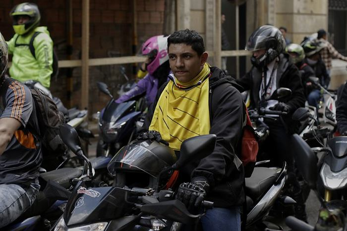 Motociclistas realizan plan tortuga en Bogotá en protesta por restricción de parrillero