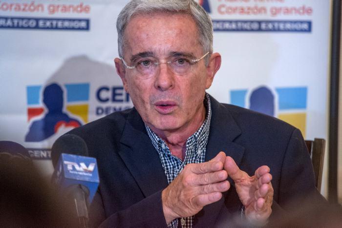 Piden investigar a Álvaro Uribe por posible manipulación de testigos
