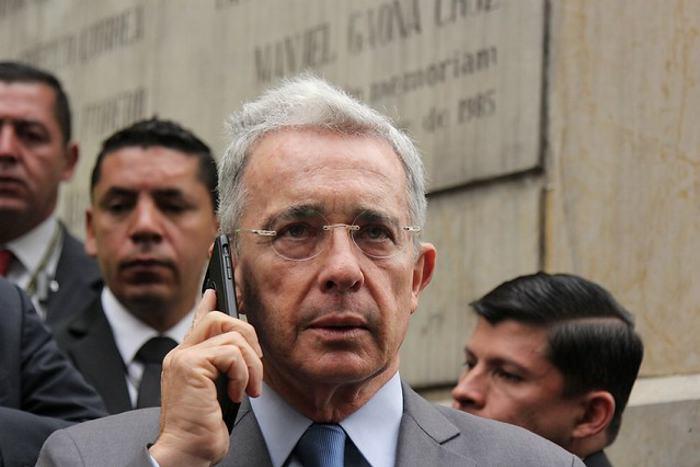 Uribe deberá retractarse por trino contra Daniel Coronell