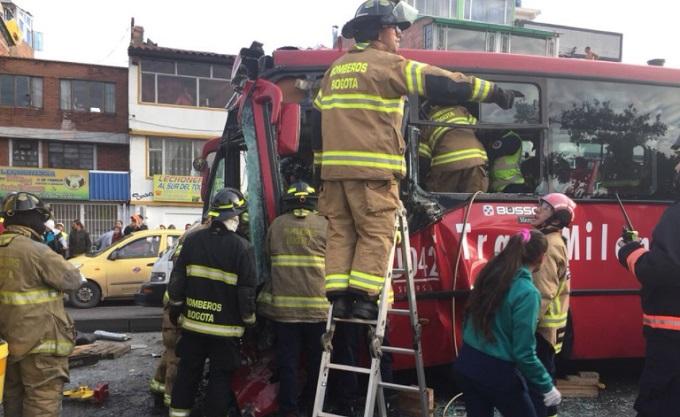 Choque de TransMilenio dejó por lo menos 20 personas heridas — Fotos