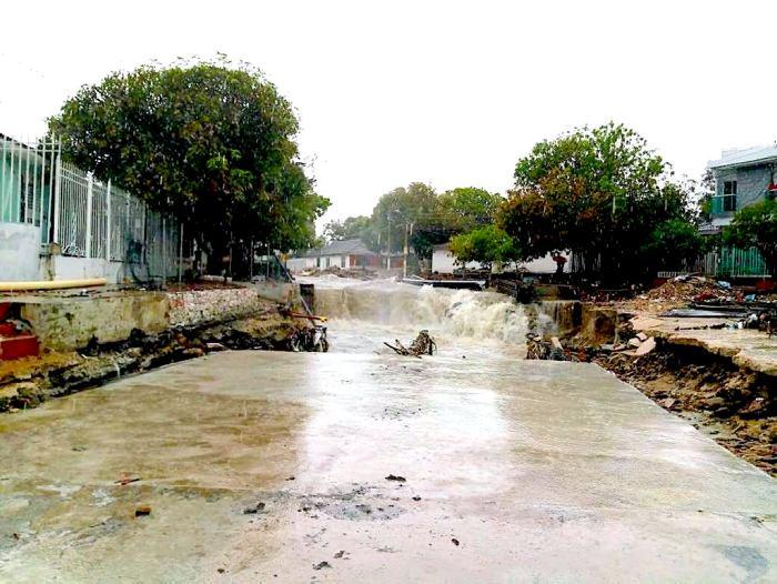 Inundaciones por lluvias arrastran automóviles en Barranquilla