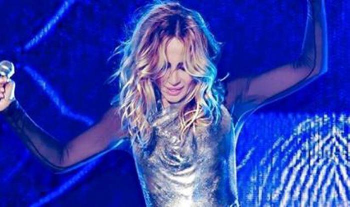 Marta Sánchez muestra el pecho en pleno concierto tras perder el vestido