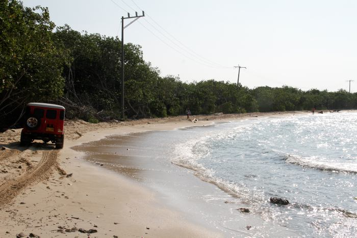 El Jeep recorre la única vía que comunica al pueblo de Barú con los demás de la isla.