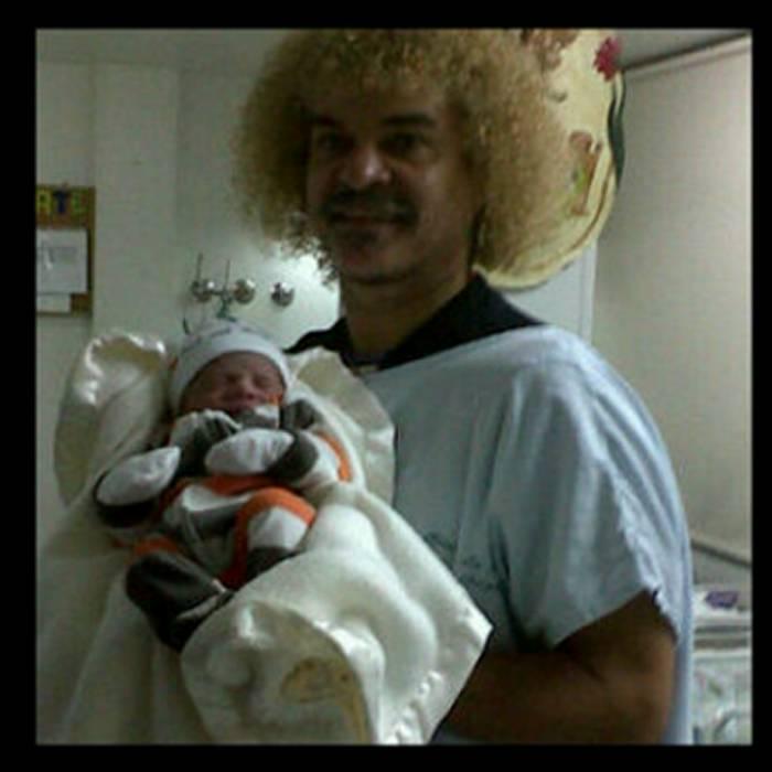 El Pibe Valderrama muestra sonriente a su nieto Diego Andrés, quien