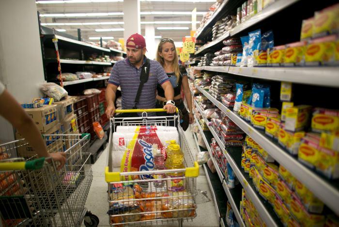 La pareja en el supermercado colombiano. AP Ariana Cubillos