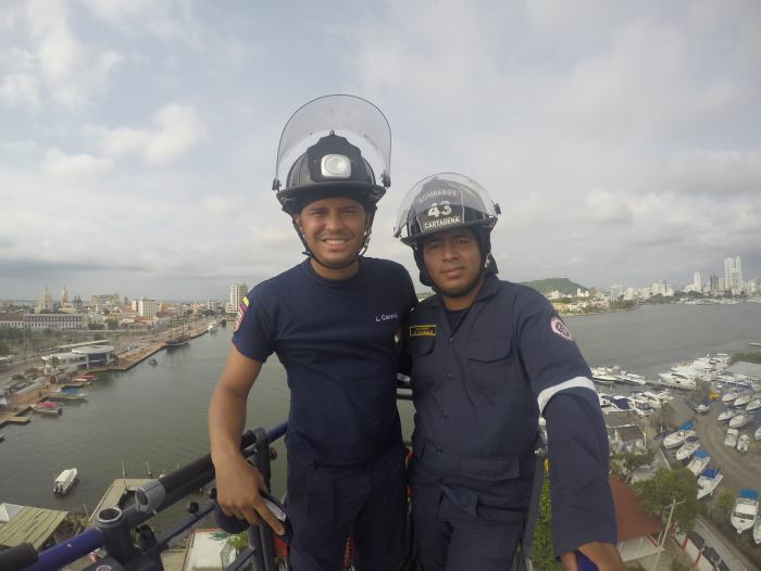Los bomberos Canabal y Caraballo en la canasta de la máquina que se encontraba a una elevación de 41 metros.