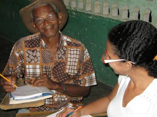 Adultos hasta de 68 años se benefician del programa de alfabetización.