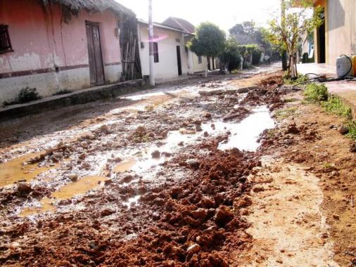 La calle que estaba en regulares condiciones, ha quedado peor luego de los traba