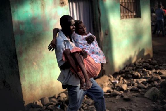 Una mujer con síntomas de cólera es llevada al hospital.