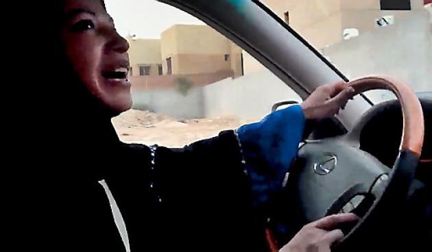 Decenas de mujeres han tomando el volante desde junio, como parte de una campaña