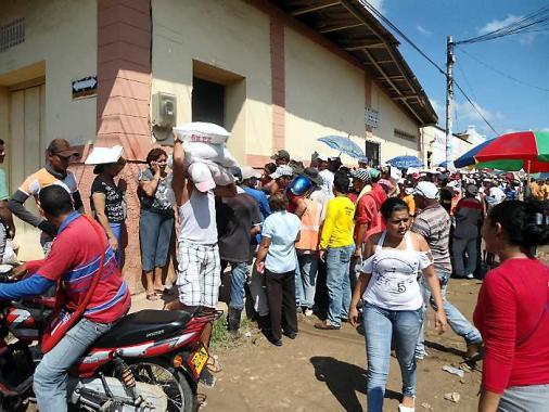 Muchas personas se acercaron hasta Cubakay a reclamar la ayuda alimentaria.