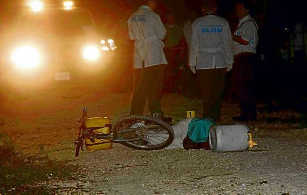 El cuerpo sin vida de Néder Gamboa Montiel, de 30 años, fue hallado en la vía al