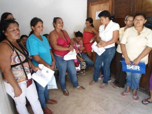 Mujeres beneficiarias del Sisbén hacen colas desde la madrugada y no son atendid