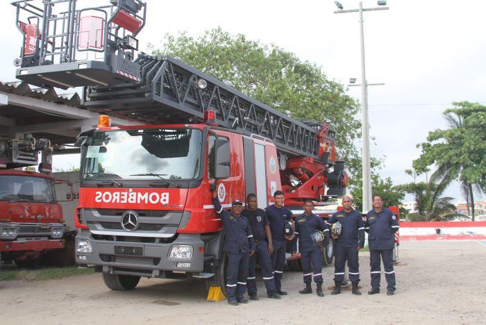 Esta es la máquina escalera más alta del país y el grupo de bomberos que se encuentra a cargo de su manejo.