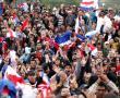 Seguidores del presidente Fernando Lugo en la Plaza de Armas frente al Congreso