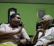 Jesús Barrios y su abuela, Olga Castillo de Barrios, charlan en la sala de su casa.