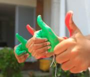 Manos pintadas de rojo y verde.