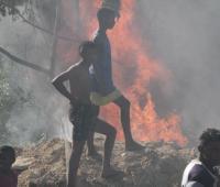 Incendio arrasa con dos bodegas de plástico y cartón en Henequén.