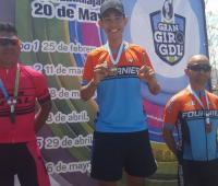 Germán Santoya, en el podio tras ganar la tercera etapa del Serial Gran Giro de Guadalajara.