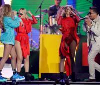 """Sofia Reyes, a la izquierda, y De La Ghetto, a la derecha interpretan """"1,2,3"""" en los premios Billboard de la Musica Latina 2018."""