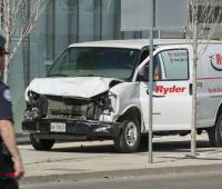 Vista de la camioneta alquilada que ha recorrido la acera golpeando a varios peatones hoy, lunes 23 de abril de 2018, en el norte de Toronto (Canadá).