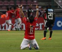 David Mendoza, del Deportivo Lara de Venezuela, fue registrado este martes al celebrar un gol de su compañero Carlos Sierra, ante Millonarios de Colombia, durante un partido del grupo G de la Copa Libertadores, en el estadio Metropolitano de Lara en Barquisimeto (Venezuela).
