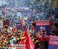 Fotografía cedida por prensa de Miraflores que muestra a simpatizantes del presidente de Venezuela y candidato a la reelección, Nicolás Maduro, durante un evento del inicio de campaña hoy, lunes 23 de abril de 2018, en Puerto Ordaz, estado Bolívar (Venezuela).
