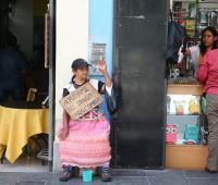 Una indigente pide limosna hoy, martes 24 de abril de 2018, en una de la calles del centro histórico de Lima (Perú).