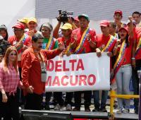 Fotografía cedida por prensa Miraflores del presidente de Venezuela, Nicolás Maduro (2i), junto a su esposa, la primera dama Cilia Flores (i), durante un evento de campaña en Tucupita, estado Delta Amacuro (Venezuela).