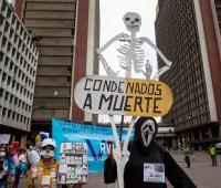Un grupo de pacientes fue registrado este miércoles al concentrarse frente al Ministerio de Salud de Venezuela, para manifestarse en contra de la falta de medicamentos para el tratamiento del VIH, el parkinson y la acromegalia, en Caracas (Venezuela).