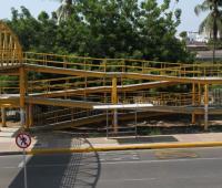 Puente peatonal que está frente al colegio Inem en Cartagena.