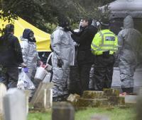 Oficial forence de la policìa trabaja en una sepultura de un crematorio en Salisbury, al sur de Inglaterra, el 10 de marzo de 2018.